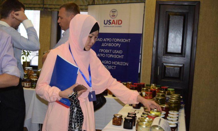USAID айыл чарба өндүрүүчүлөрүнө сатып алуучулар менен байланыш түзүүгө жардам берүүдө
